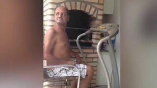 Dziadek ćwiczy na bieżni