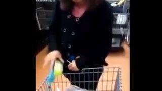 Jak ona to tam zmieściła? Kobieta kradła w sklepie.