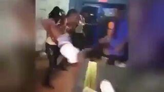Szaleniec miota dziewczyną na imprezie