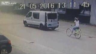 Zamyślona wjechała rowerem w stojącego vana