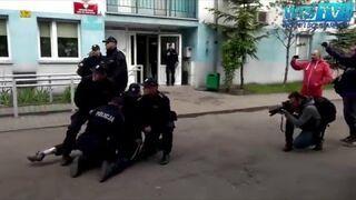 Policjantom gazem po oczach! Dres z Wrocławia kręci akcję pod komendą!
