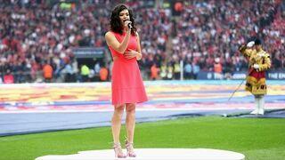 Karen Harding śpiewa hymn Anglii podczas finału FA Cup