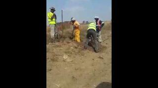 Żart kolegi przy kopaniu dołu