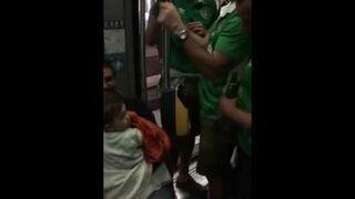 Irlandzcy kibice śpiewają kołysankę dziecku w metrze