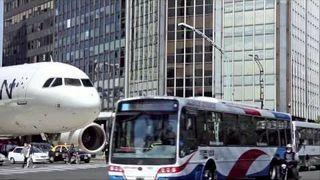 Samolot pasażerski ląduje na ulicy w centrum miasta - Buenos Aires, Argentina