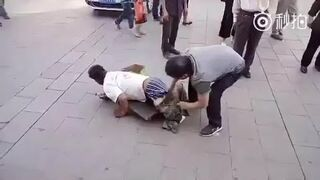 Demaskacja żebraka na ulicy w Chinach
