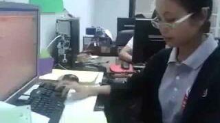 Kobieta robot za klawiaturą