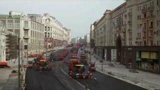 Układanie nowej nawierzchni asfaltowej na ulicy w Moskwie