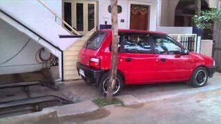 Garaż na samochód pod schodami