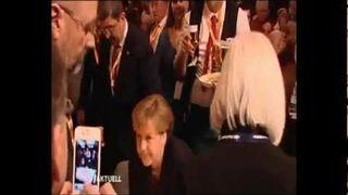 Kelner wylewa tacę piwa na kanclerz Merkel