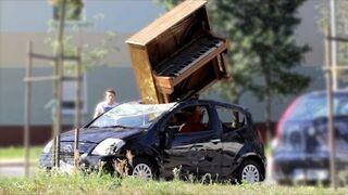 "PRANK: Pianino ""spadło"" na samochód"