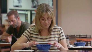 Łyżka w zupie i elektromagnes pod stołem w restauracji