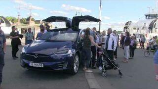 Co się stanie, kiedy zostawisz otwarty samochód Tesla Model X