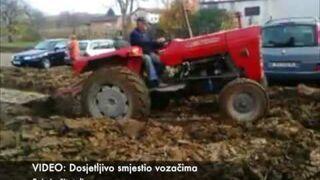 Farmer zaorał dziki parking na swoim polu
