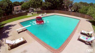 Samochód zjechał z lawety prosto do basenu