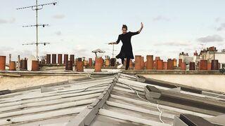Młoda Paryżanka skacze po dachach
