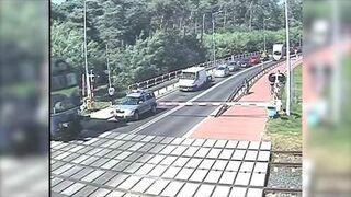 Motocyklista przejeżdża przez zamknięty przejazd kolejowy