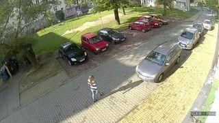 Wyjazd z parkingu blondynki. Priceless parking. Amazing parking of car by a blonde girl.