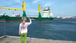 Dziewczynka prosi statek o sygnał