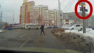 Człowiek i pies na przejściu dla pieszych