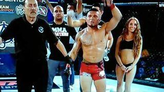 Zawodnik MMA po werdykcie sędziów uderza ring girl