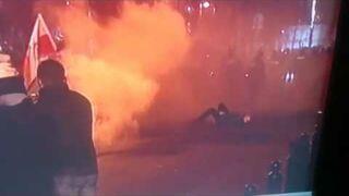 Mężczyzna specjalnie podkłada się pod gaz i kamerę podczas manifestacji Kod'u