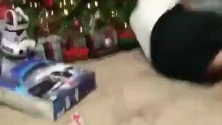 Kot atakuje podekscytowanego prezentem właściciela