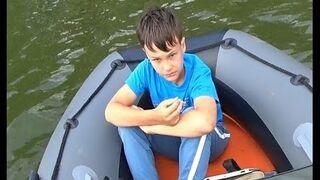 Mój stary to fanatyk wędkarstwa, a ja siedzę w pontonie i się nudzę