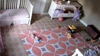 Dwulatek ratuje swojego brata bliźniaka przygniecionego komodą