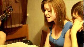 Ładna dziewczyna śpiewa po rosyjsku