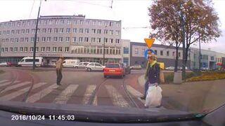 W Sosnowcu przez pasy przechodzimy tak ...