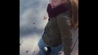 Dziewczyna zapada się pod lodem, a koleżanka nagrywa!