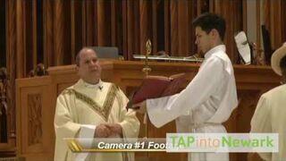 Uderzył w twarz księdza na mszy!