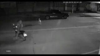 Blondynka na skuterze rozmawia przez telefon