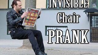 Reakcja ludzi na siedzącego na niewidzialnym krześle