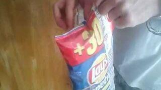 Jak wyglądają chipsy Lay's  9 lat po upływie terminu przydatności?