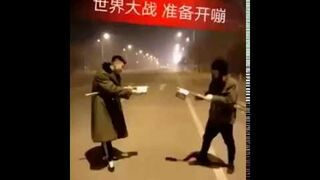 Chińscy chłopcy strzelają do siebie z petard