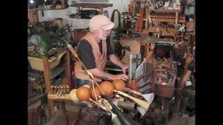 Dziadek gra na instrumencie własnej roboty
