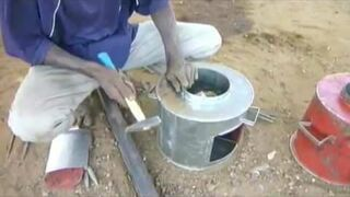 Produkcja pieców z starych beczek w Afryce