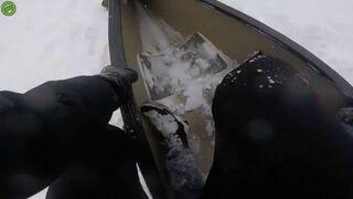 Zjazd kajakiem po śniegu ze stromej górki