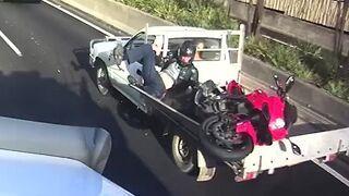 Motocyklista sam załadował się na pakę samochodu