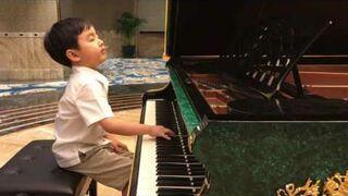 5-letni Eval Le gra Chopin Minute Waltz