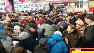 Tłum ludzi na promocji cukru w Carrefourze - Chełm