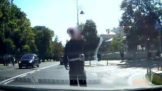 Wstrzymano ruch! Antoni Macierewicz przechodzi przez ulicę