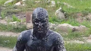 Rosjanin wskoczył do basenu ze starym olejem