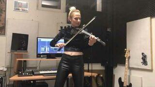 Piękna kobieta gra na skrzypcach i nie tylko....