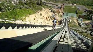 Skoczył na motorze ze skoczni narciarskiej!