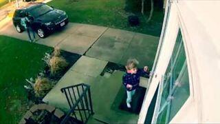Wiatr porwał 4-letnią dziewczynkę gdy otworzyła drzwi