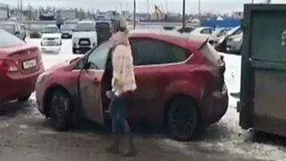 Dwie blondynki i zastawiony samochód na parkingu
