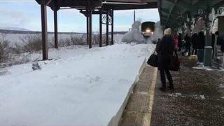 Pociąg wjeżdża na zaśnieżony peron